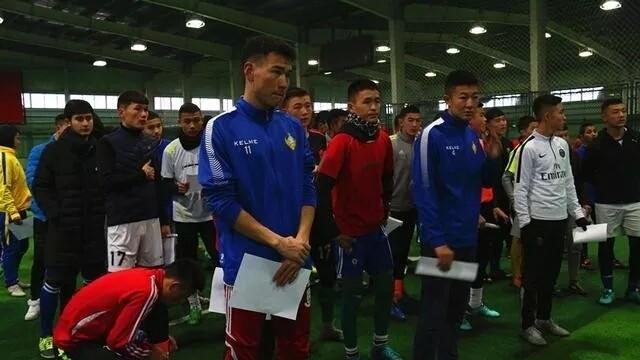 新疆天山雪豹梯队选拔,300多名足球少年绿茵逐梦