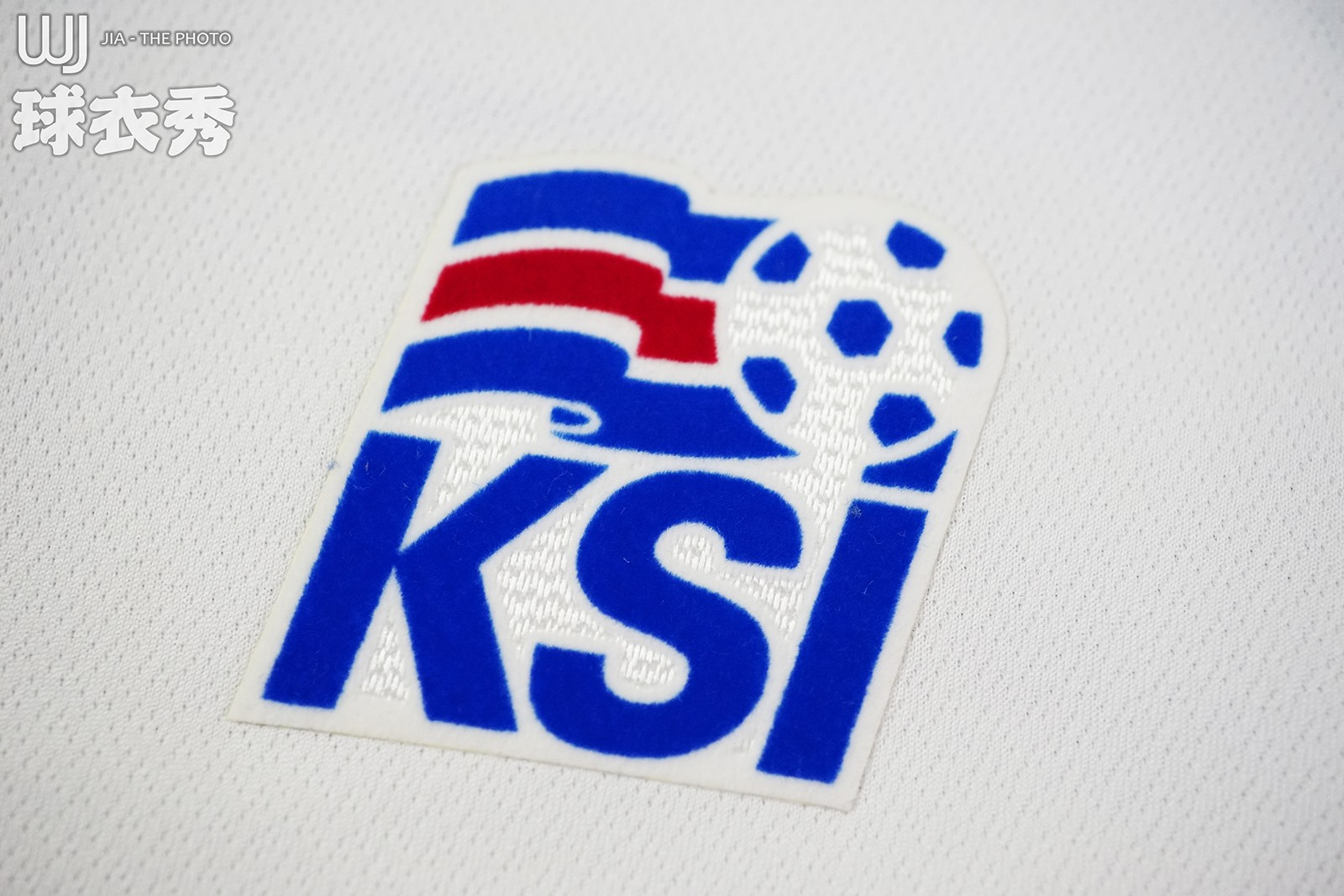 球衣左胸是冰岛足协的标志,包括冰岛国旗及足协的简称ksi.