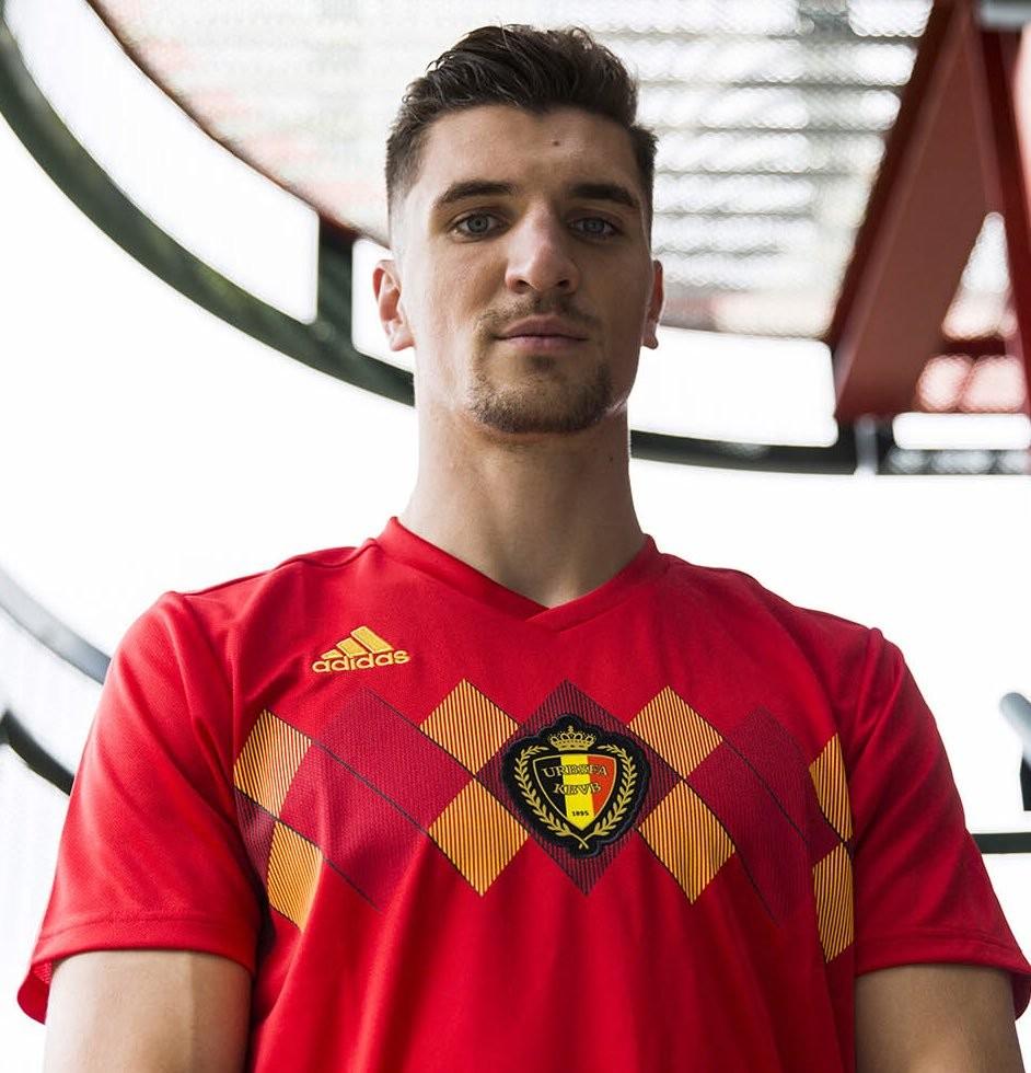 球衣胸前组合成鲜明的菱形格纹,与球队中一众天才球员的足球风格相得图片