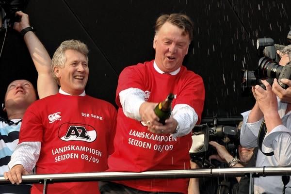 问:范加尔和上帝有什么不同? 答:上帝知道自己不是范加尔。 荷兰国内笑话 (序) 1988年的夏日,郁金香怒放。 5月25日,斯图加特的内卡河体育场(现名梅塞德斯-奔驰竞技场),埃因霍温经过点球大战险胜本菲卡,成为87-88赛季的欧冠冠军。 6月25日,慕尼黑奥林匹克球场,荷兰2-0战胜苏联,捧起欧洲杯。 短短一个月之内,荷兰人成为了俱乐部与国家队的双料欧洲霸主,还都是在死敌德国的土地上夺冠,没什么能比这更美妙了。 这一年,荷兰三剑客巴斯滕、古利特、里杰卡尔德包揽金球奖前三。 这一年,巴萨将荷兰传奇人物
