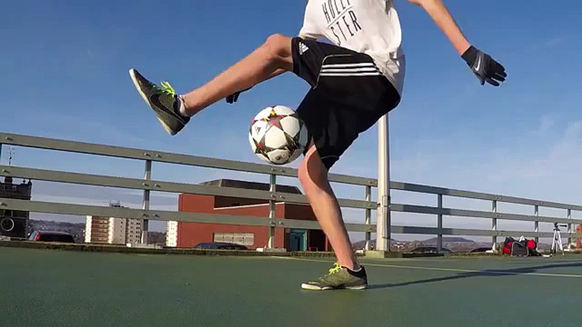 花式足球技巧之起球加环绕地球图片