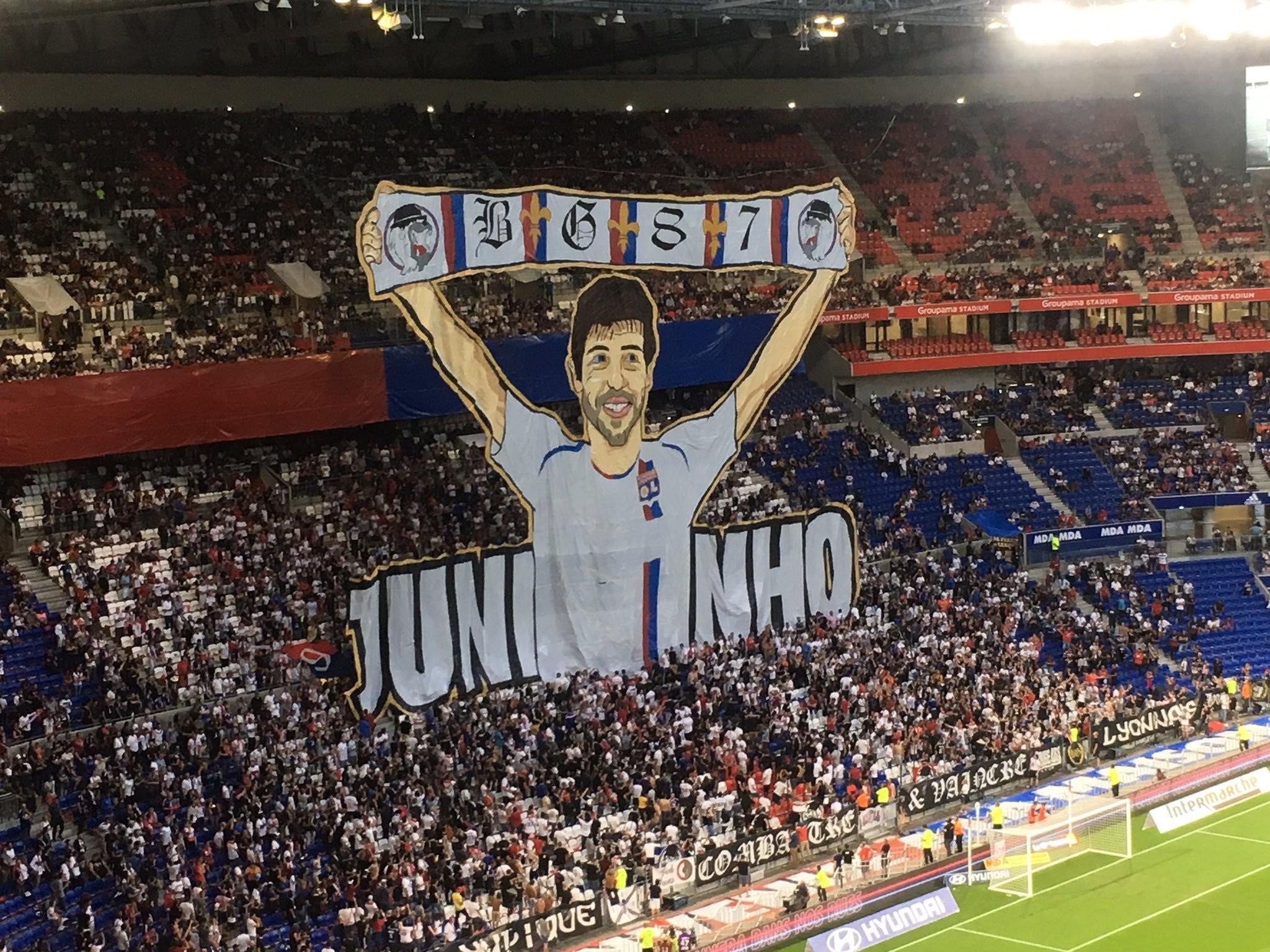 欢迎回归!里昂球迷主场挂出大型Tifo欢迎小儒尼尼奥