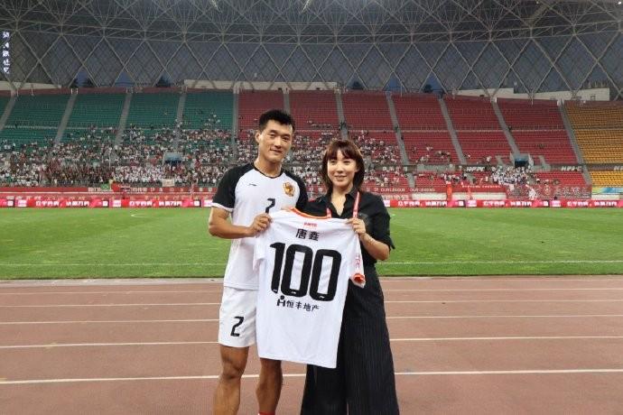 唐鑫职业联赛出场100次,贵州老板文筱婷亲自送上纪念球衣