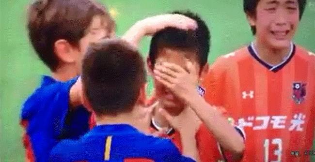夺冠后,巴萨U12球员安慰哭泣的日本小球员