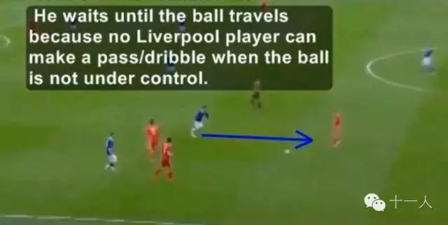 足球意识:球队进攻时后腰球员应该怎么踢?