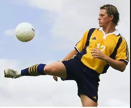 业余踢球的实战攻略:防守、进攻、战术综合指