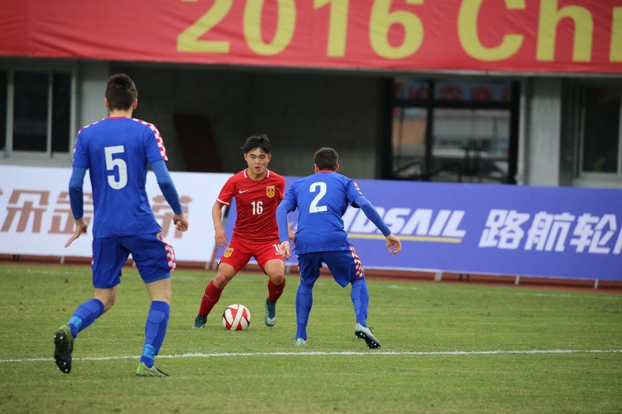 归化球员与国内球员FM数据对比第二期,黄紫昌vs罗伯托-萧