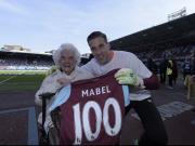 我锤最年长的季票持有者Mabel Ar