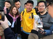 抵达瓦伦西亚客场,武磊受到当地华人球迷欢迎
