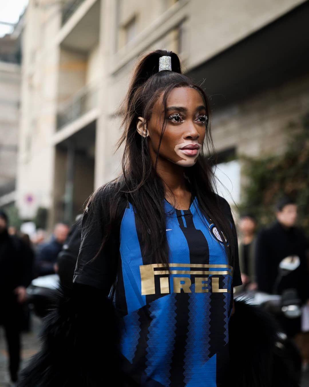 国米亮相米兰时装周?维密超模蓝黑造型引领时尚