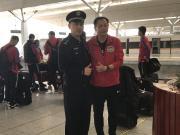 河南建业顺利抵达武汉,球迷行为感动教练王宝