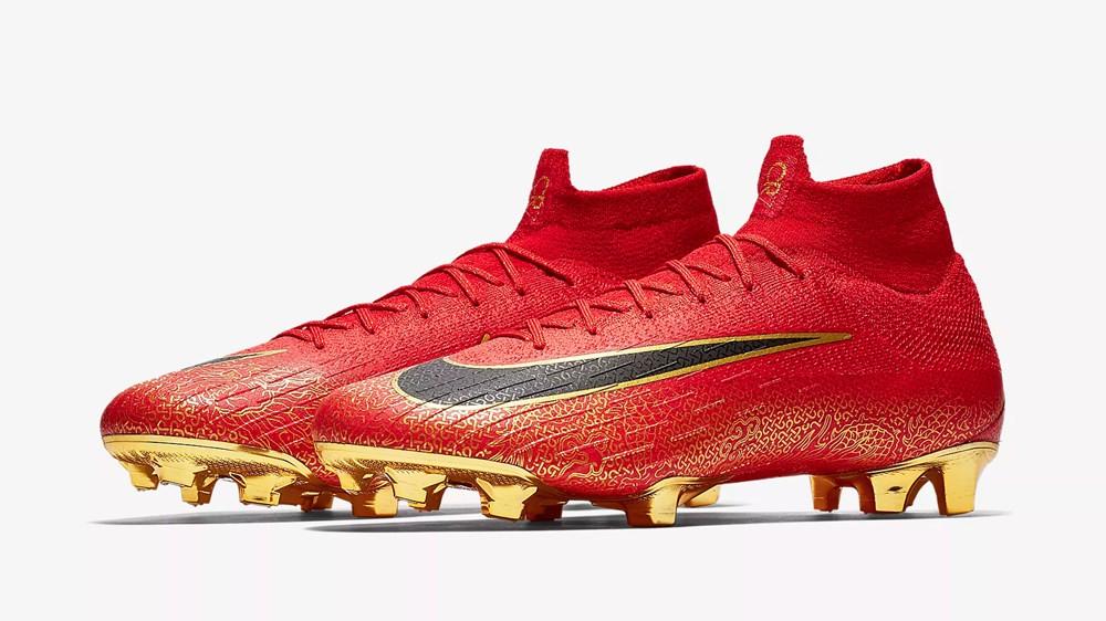 c罗足球鞋:具有赤色外观