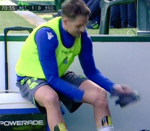 结果电视镜头恰好捕获到他护腿板上的曼联队徽