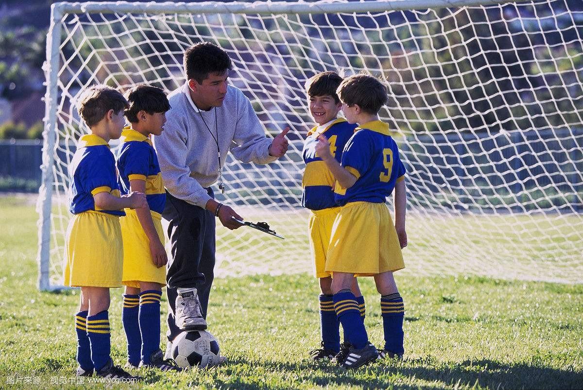 在中国什么样的教练在教孩子踢足球