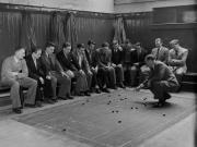 1949年3月,南安普顿教练为球员们讲解战术。