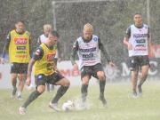 当地时间17日下午,特伦蒂诺训练营迎来了一场大雨...