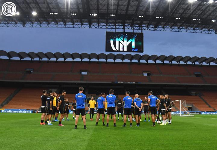 备战揭幕战,昨天晚上国际米兰全队在梅阿查球场进行...