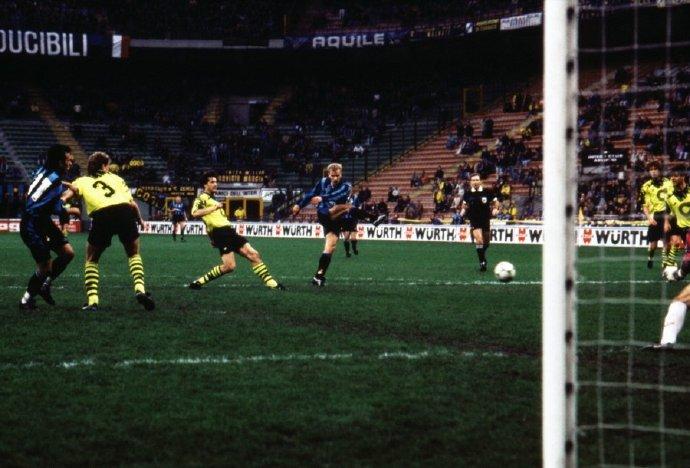 国际米兰上一次在欧战主场对阵多特蒙德时的首发阵容...