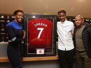 自宣,亚眠16岁小将埃莫兰发曼联签约照