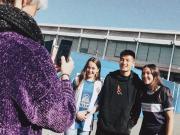武磊受到当地球迷热情欢迎,还与两位女粉丝一同合影