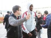 前往伦敦,曼联众球星受到球迷们的热烈欢迎