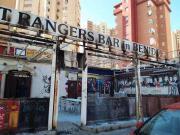 疯狂搞事,凯尔特人球迷点燃瓦伦西亚一家酒吧的露台