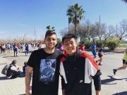 武磊巴塞罗那街头观看马拉松赛事,偶遇队长开心合照