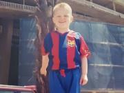 儿萨梦,德利赫特童年穿巴萨球衣在诺坎普拍照