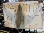 抗议俱乐部主席帕洛塔,罗马球迷在NBA赛场上拉横幅