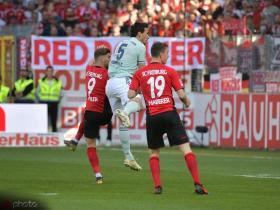 半场战报:弗赖堡1-1拜仁,霍勒头球破门,莱万侧钩扳平比分