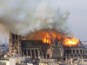 不说足球:巴黎圣母院发生大火,尖顶坍塌,木质框架整体燃烧