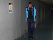 伤势挺重,那不勒斯后卫马克西莫维奇拄拐离开球场