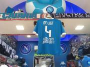 庆祝尤文被淘汰,那不勒斯球迷商店高挂德利赫特印号球衣