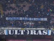 那不勒斯球迷举横幅呼吁萨里回归,切尔西球迷表示支持
