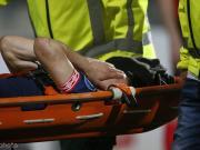洛萨诺比赛中被铲受伤,被担架抬离出场