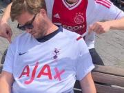 """趁热刺球迷睡着,阿贾克斯球迷把热刺球衣赞助商改成""""Ajax"""""""
