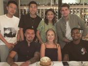 过生日心情好,李可与雷腾龙等新老朋友在北京共进生日晚餐