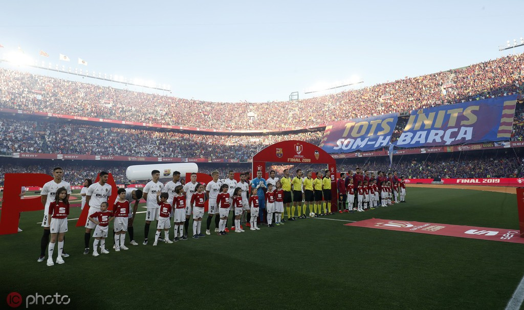 国王杯决赛巴萨球迷嘘国歌,呼吁加泰罗尼亚政治犯自由