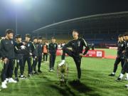 韩国球员对奖杯?#37995;?#36785;性动作,记者:望我们的球员知耻后勇