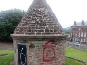 過分了,紅軍球迷在埃弗頓標志性建筑上涂鴉,羞辱同城對手