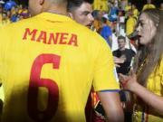 合影不成就动手?罗马尼亚球员妻子被自家球迷攻击