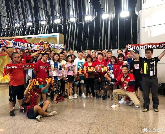 武磊28日深夜携家人启程奔赴巴塞罗那,大批球迷来送行