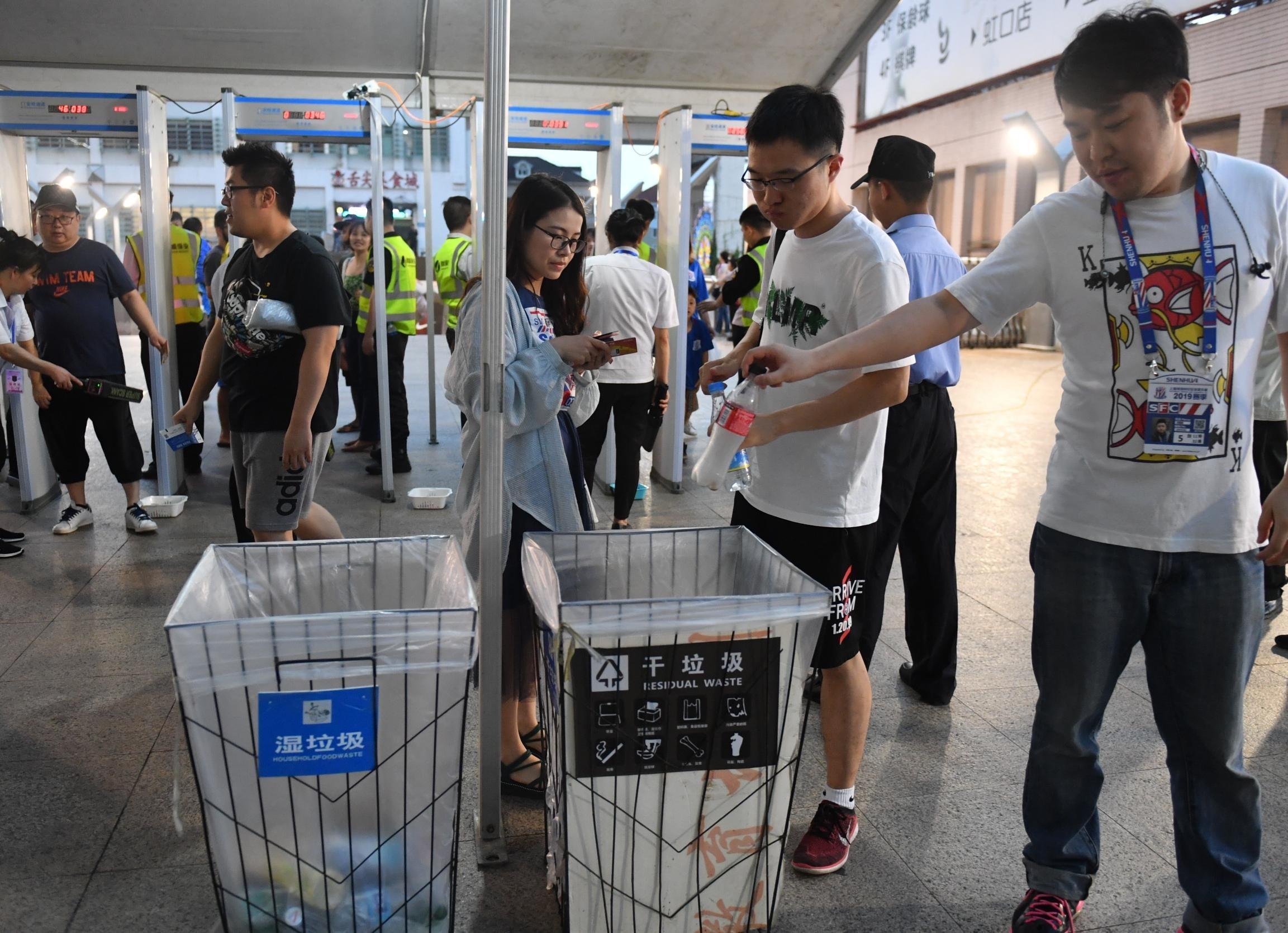 沪媒:虹口足球场派出30名引导员来处理比赛所产生的垃圾
