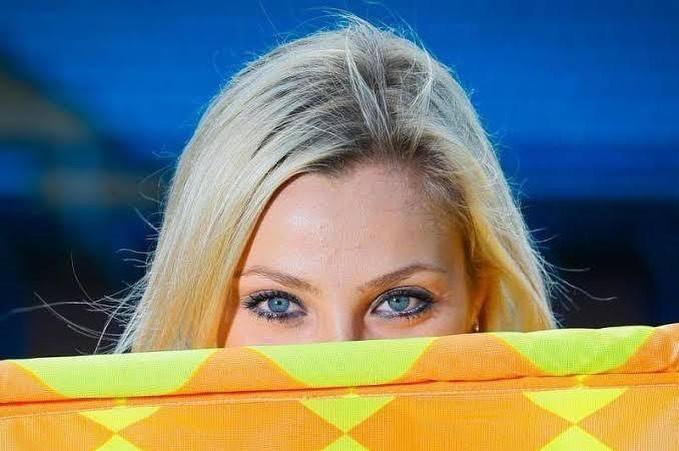 球色怡人:比赛中掏纸巾擦汗的巴西美女裁判——菲尔南达