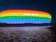反对歧视同性恋,拜仁主场亮起彩虹色
