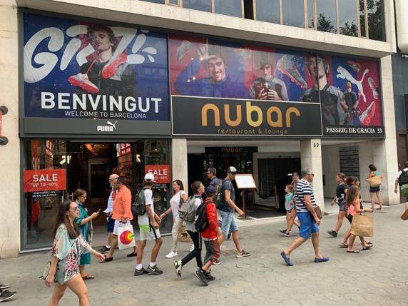 人气高,格列兹曼海报出现在巴塞罗那大街小巷