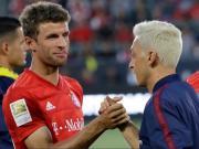 念旧情,厄齐尔在赛后造访拜仁更衣室,和穆勒等前队友寒暄