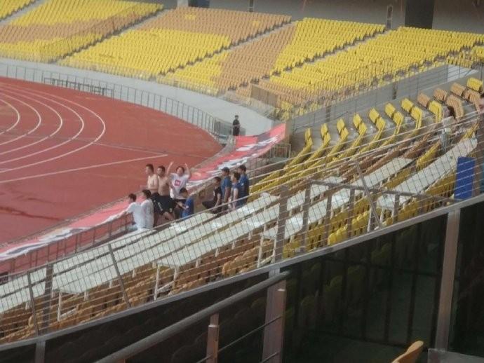 武汉博主称江苏球迷挑衅在先:竖中指+唱歌挑衅