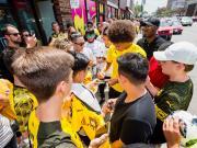 图集:多特美国行人气颇高,罗伊斯微笑为球迷签名