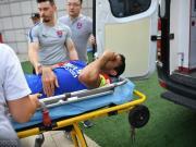 卡尔德克受伤后流下眼泪,被救护车送往医院治疗